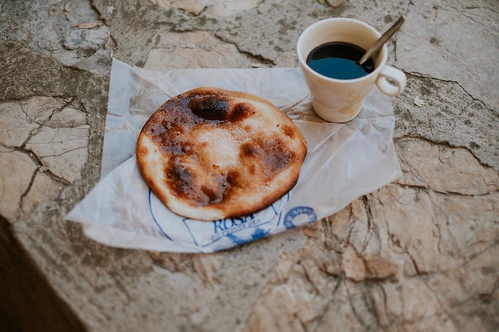 Americano pur und frische Tortas de Aceite aus Mallorca