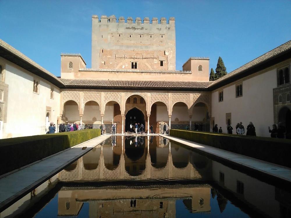 Mit Pool - die Stadtburg Alhambra in Granada, Andalusien, Spaniens