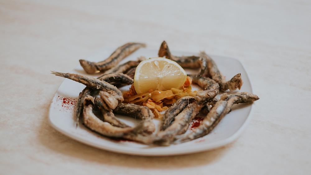 Oh my god! Sardellen-Foodporn aus dem sonnigen Mallorca - den Rotwein erahnen wir hier jetzt mal.