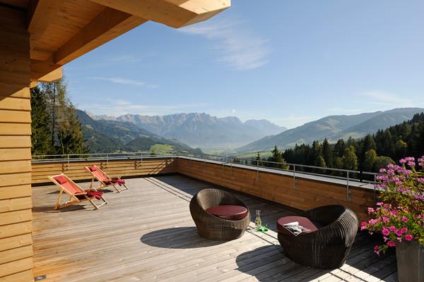 Die Glücks-Auszeit: Almwiesen-Urlaub im österreichischen Vollholzhotel Forsthofalm