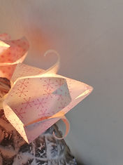 gurlande lumineuse en origami et papier japonaus lotus tulipes