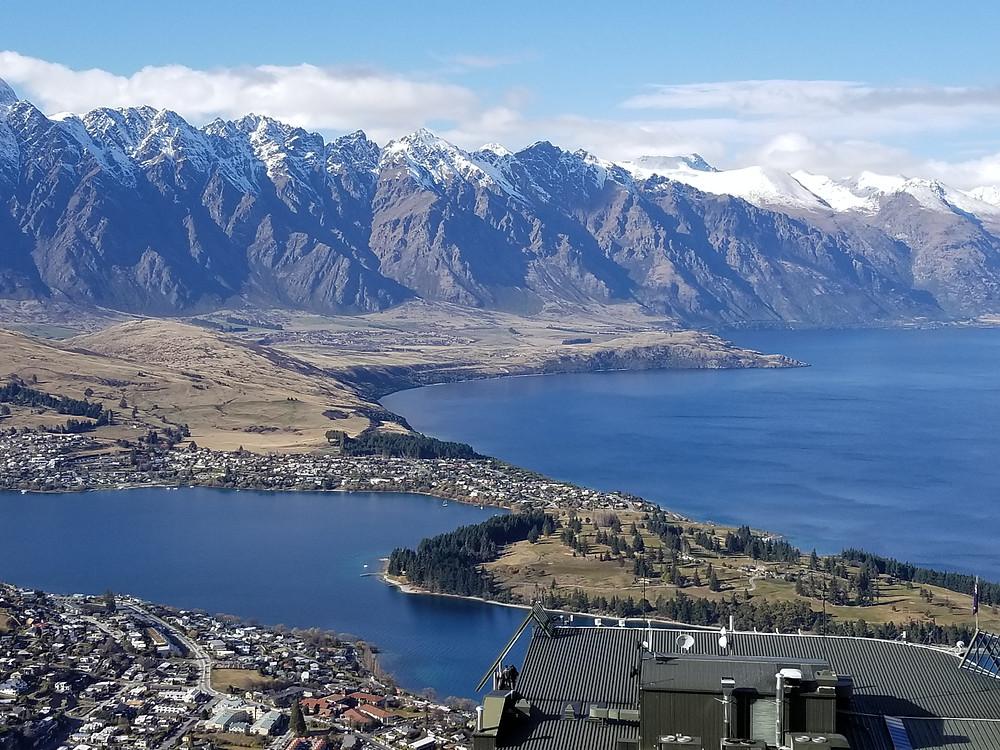 Вид на Квинстаун и озеро Вакатипу, Новая Зеландия. Туры в Новую Зеландию. Гид в Новой Зеландии.