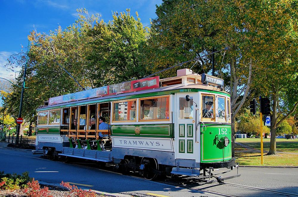 Трамвай на улицах Крайстчерча, Новая Зеландия. Групповой тур в Новую Зеландию.