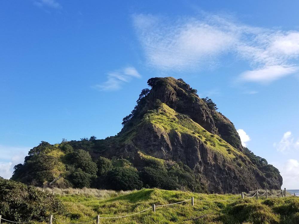Гора Лев на пляже Пиха, Окленд, Новая Зеландия. Туры в Новую Зеландию. Гид в Новой Зеландии.