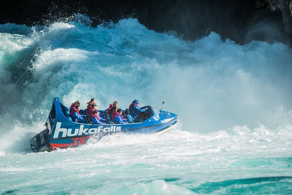 Катание на скоростной моторке рядом с водопадами Хука, Новая Зеландия. Туры в Новую Зеландию. Гид в Новой Зеландии.