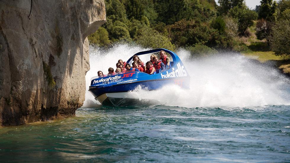 Скоростная моторная лодка рядом с водопадами Хука, Новая Зеландия. Туры в Новую Зеландию. Экскурсии в Новой Зеландии.