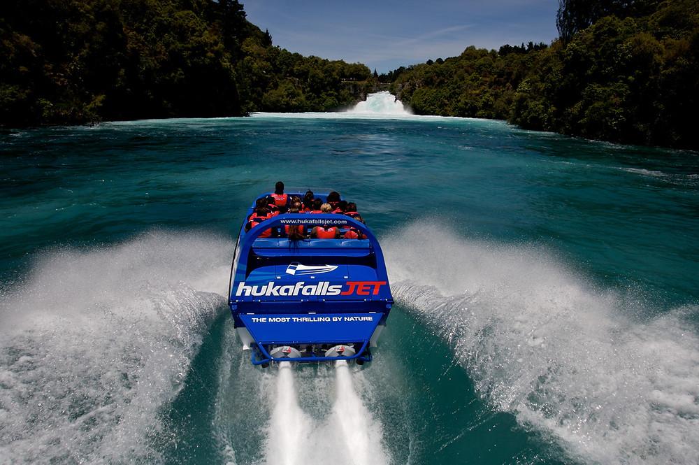 катание на моторной лодке рядом с водопадами Хука