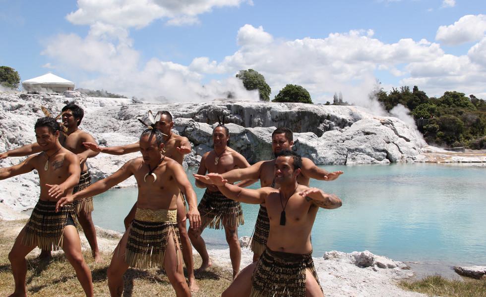 Маорийская хака в Те Пуйя, Роторуа, Новая Зеландия. Тур в Австралию и Новую Зеландию.
