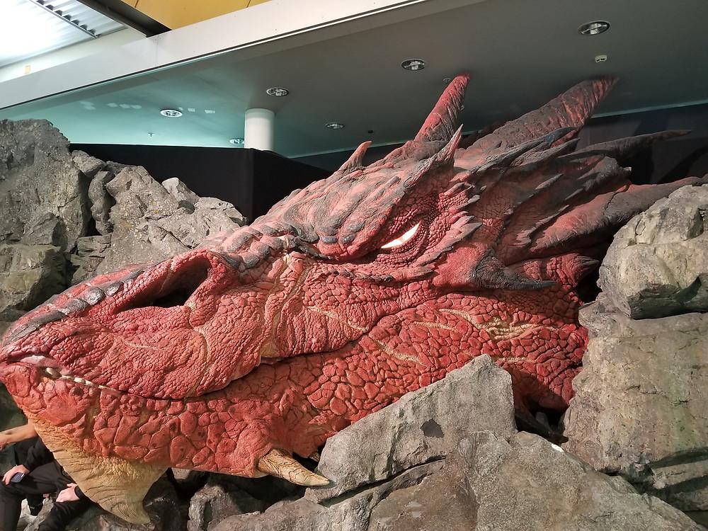 Голова Смауга в аэропорту Веллингтона Новая Зеландия