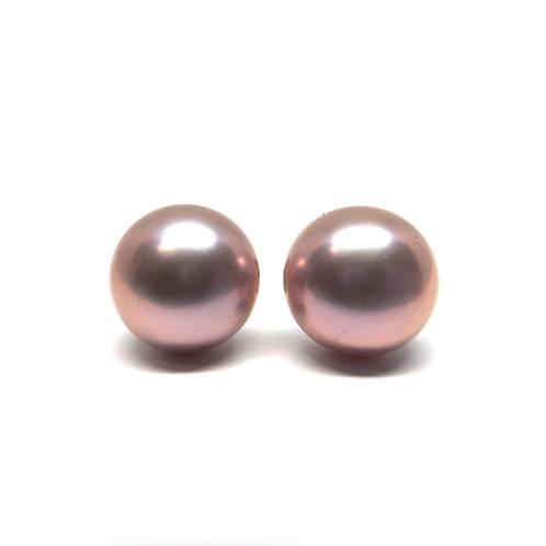 Lavender purple freshwater pearl stud earrings. Lavender pearls. Lavender purple pearl earrings. Pearl studs. Pearl earrings.