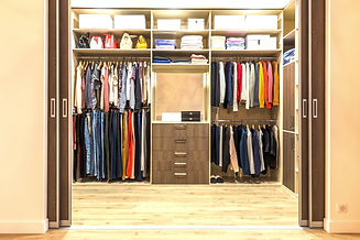 Modern%20wooden%20wardrobe%20with%20clothes%20hanging%20on%20rail%20in%20walk%20in%20closet%20design