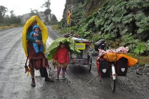 Conheça o casal que está criando seus dois filhos a bordo de um trailer de bicicleta pelo mundo
