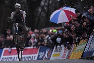 Van der Poel e Lucinda Brand vencem na Copa do Mundo de Ciclocross