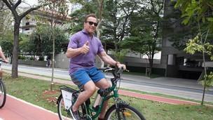 Schwarzenegger retorna a São Paulo para sua feira e animado para pedalar pela cidade