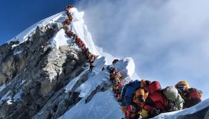 Sim, esta foto do Everest lotado e com filas é real