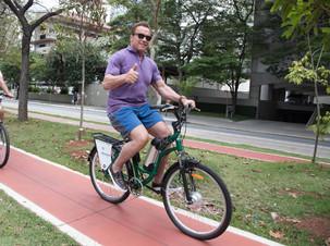 Schwarzenegger passeia de bike por São Paulo