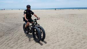 Bicicletas elétricas de três rodas patrulham as praias da Califórnia