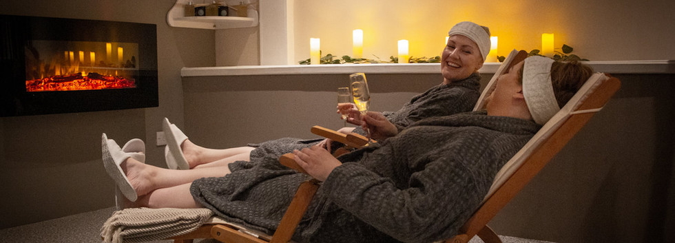 Women_reclining_with_champagne_at_luxury_spa.jpg