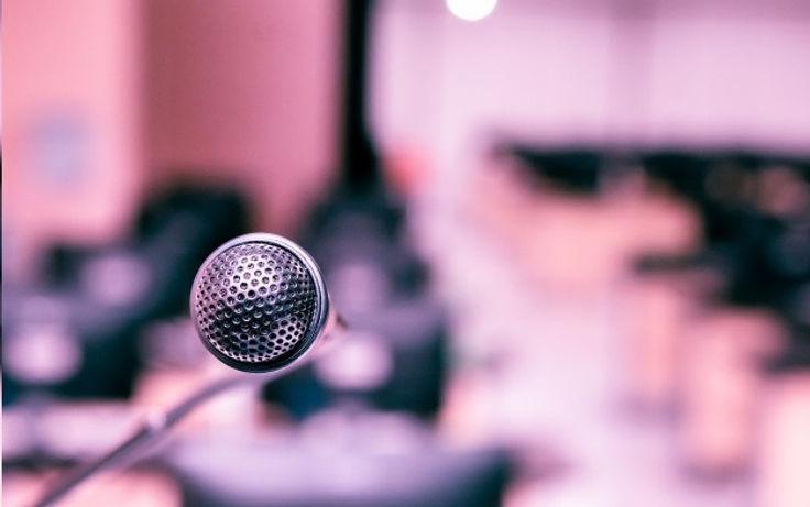 microfone-na-sala-do-computador-para-anu