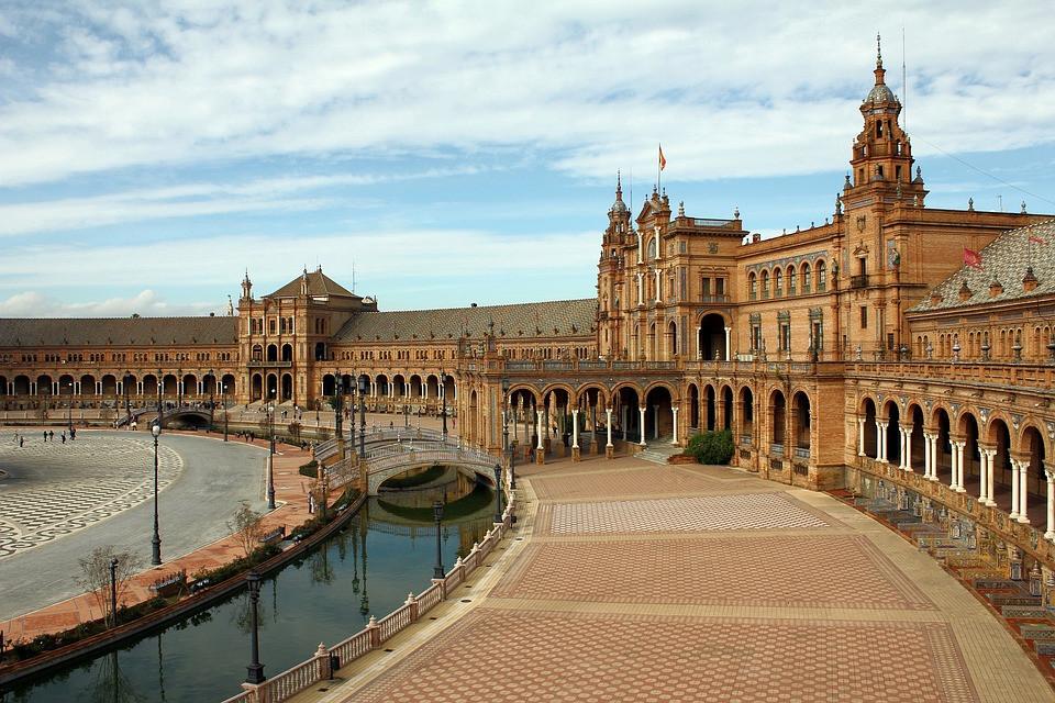 Plaza de España and the moat