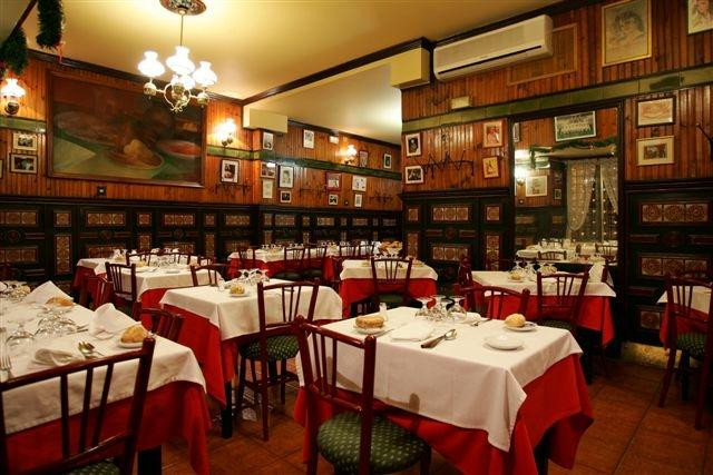 The dining room of LA BOLA, an elegant restaurant offering traditional Madrid cuisine.