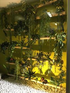 Jardín colgante en estructura de Bambú. Lobby de un PH de la localidad.