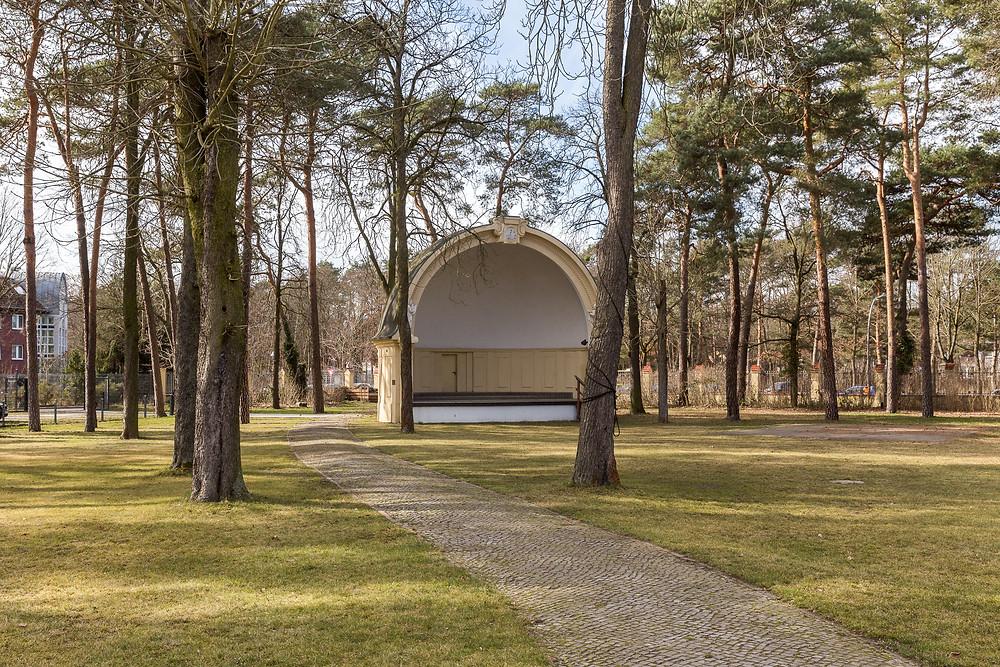 Hochzeitslocation Berlin Villa Schützenhof Rase Wiese Bühne