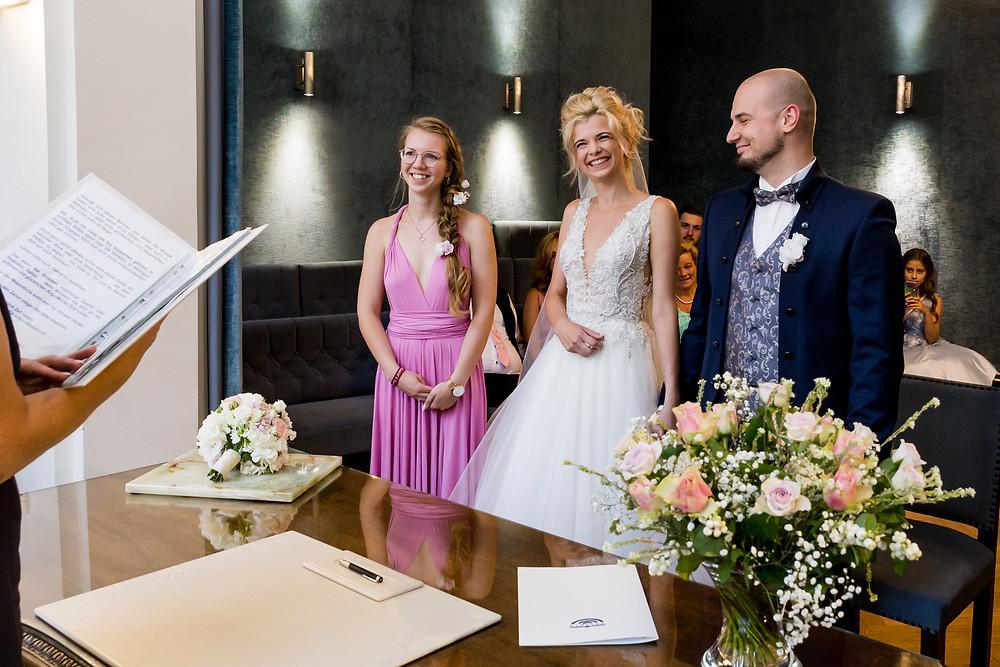 Brautpaar und Trauzeugin im Trauzimmer Standesamt Potsdam
