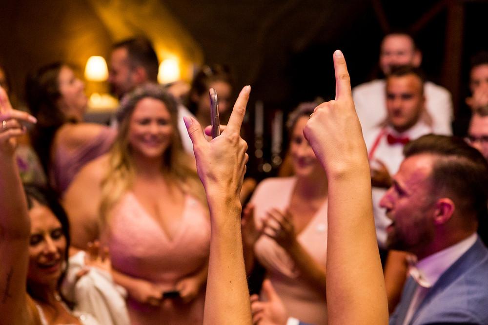 Hochzeitsparty Hände nach oben