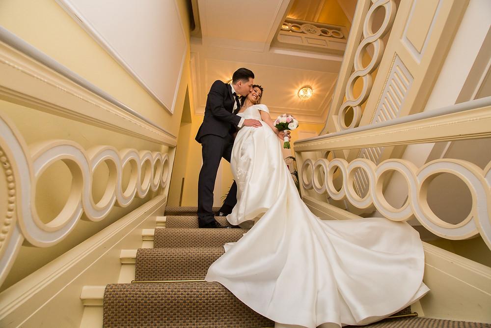 La Redoute Brautpaar auf der Treppe