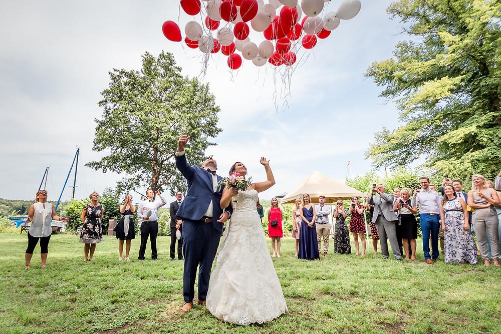 Bräutigam lässt die Luftballons fliegen in Lindwerder Insel