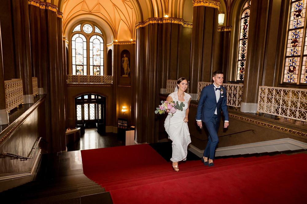 Braut kommt mit Trauzeugen Rote Treppe Rote Rathaus Berlin