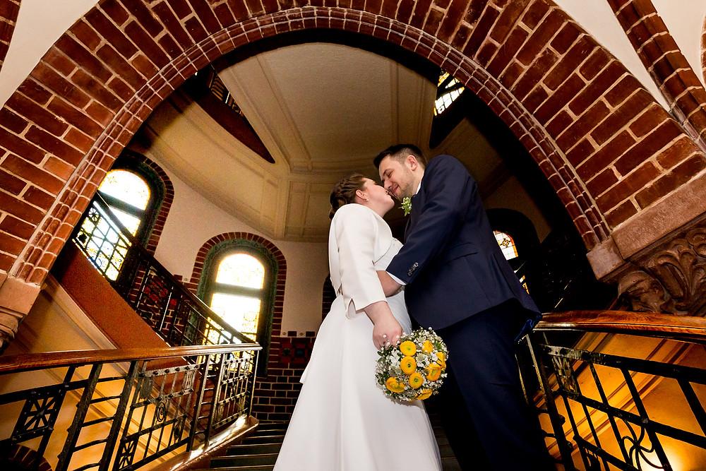 Standesamt Köpenick Brautpaar auf der Treppe