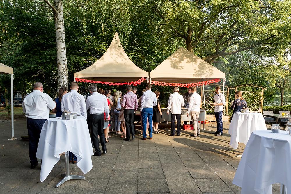 Warteschlange für den Zugang zum Buffetpavillon im Lindenwerder Restaurant während der Hochzeit