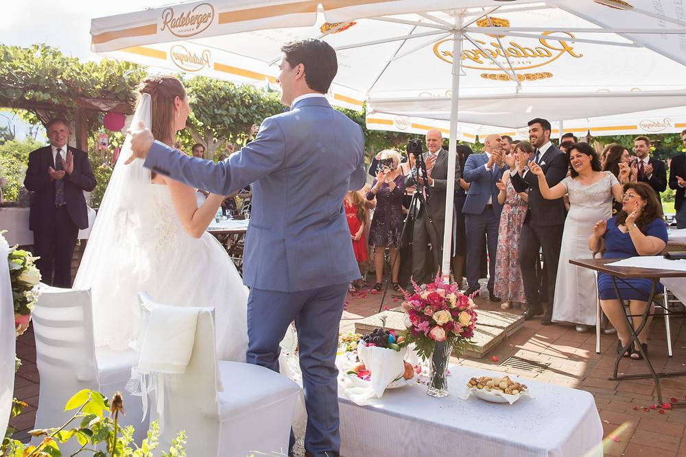 Brautpaar und Gäste auf den Terrasse beim Restaurant Landhaus im Botanischer GartenLandhaus