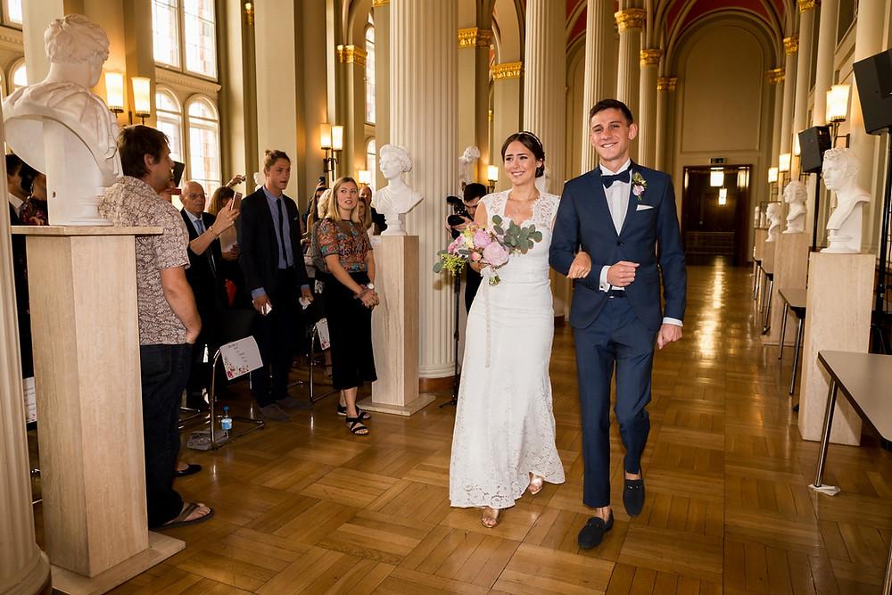Braut und Trauzeuge Rote Rathaus Berlin