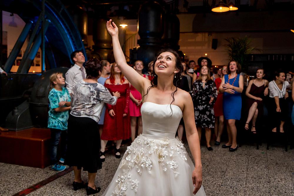 Blumenstrauss werfen in der Hochzeit