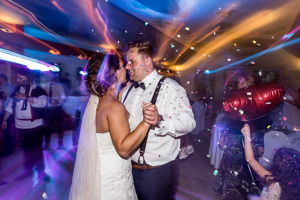Brautpaar tanzt im Restaurant Lindenwerder