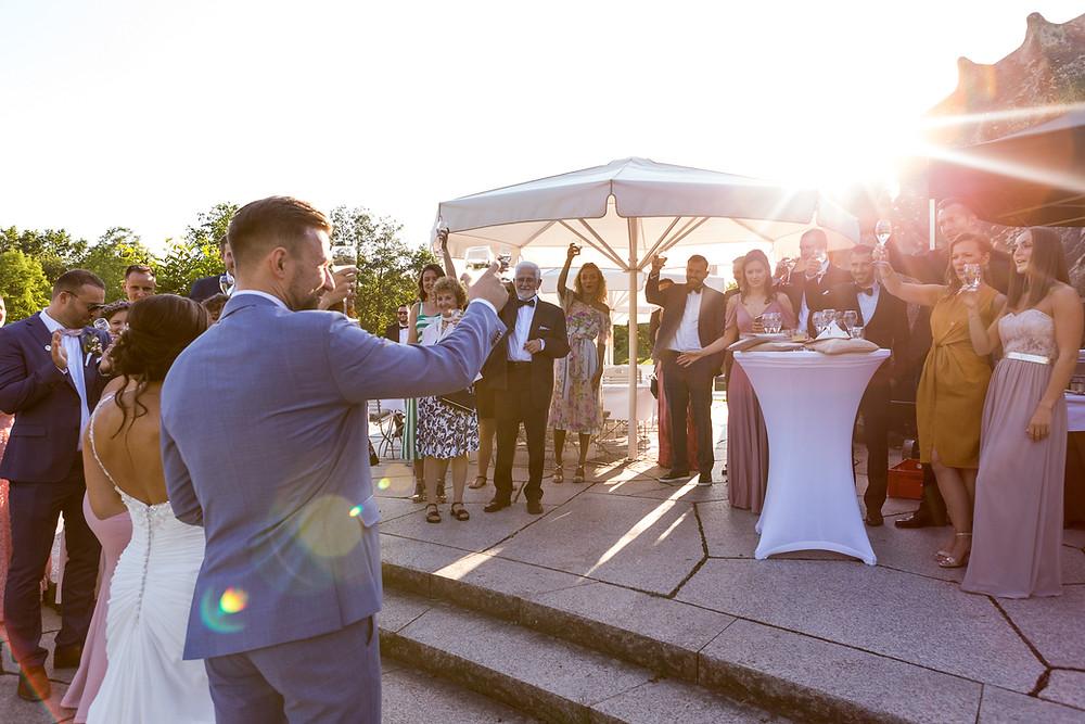 Hochzeit Sektempfang Stossen gegenlicht