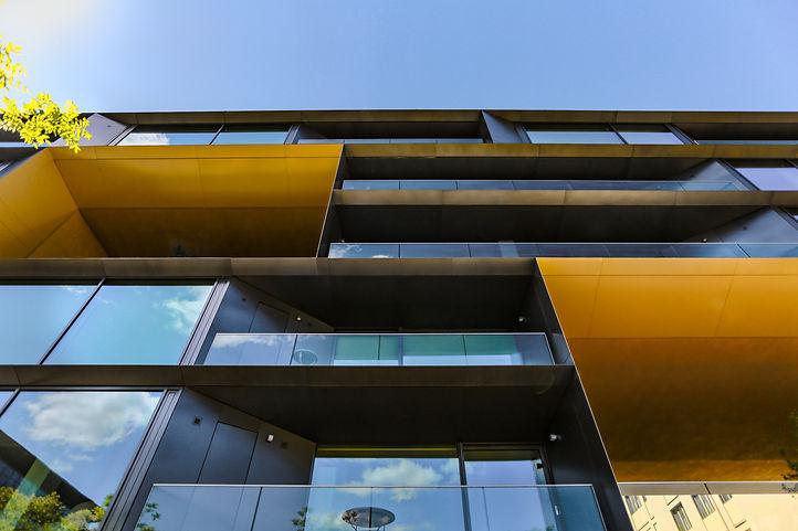 Foto Berlijn Facade Blauw Geel van onder