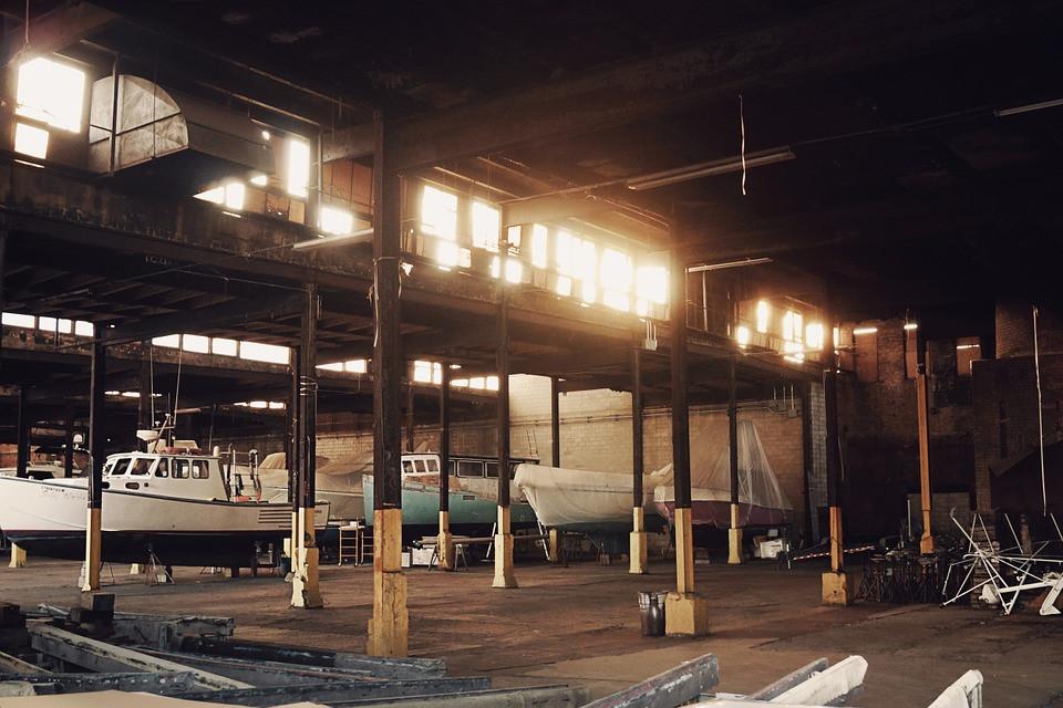 Stockage de bateaux dans un hangar