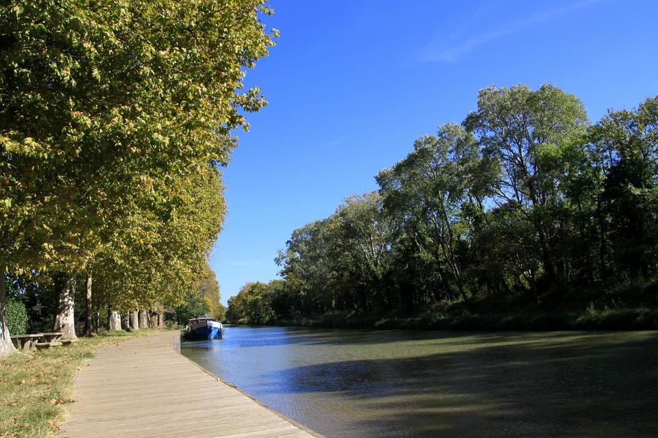 Permis fluvial, péniche sur un canal