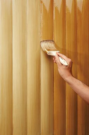 Holz braucht Schutz – besonders im Außenbereich. Schutz vor Sonne, Feuchtigkeit und Temperaturschwankungen