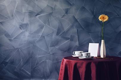 Eine Dekospachtelmasse auf Kalkbasis läßt hochwertige Oberflächen mit changierendem Glanzgrad und marmorähnlichem Charakter entstehen. Malerbetrieb Skock Bochum