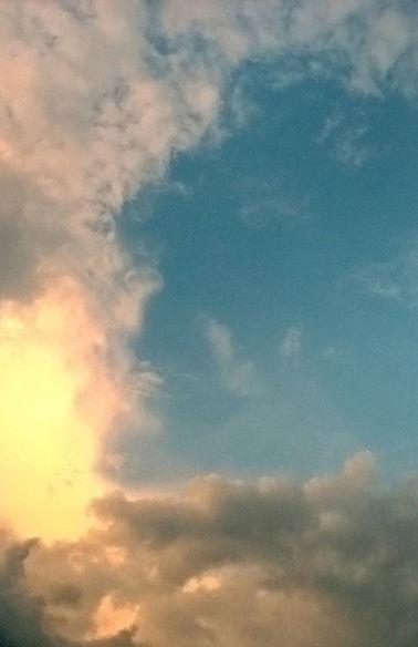 Soleil à travers les nuages