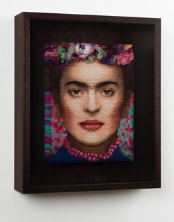 Frida mit roter Halskette