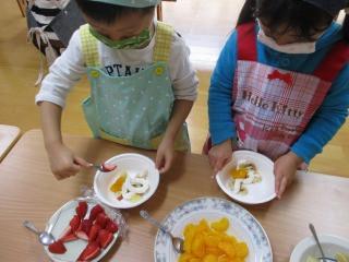 2歳児 フルーツサラダ作りに挑戦!