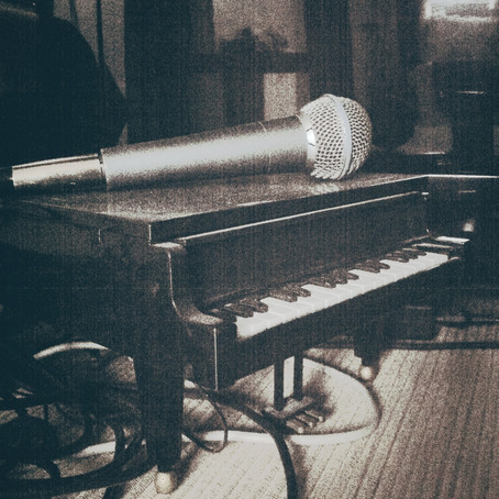 I don't know if it's the microphone that's too big or the piano that's too small ?
