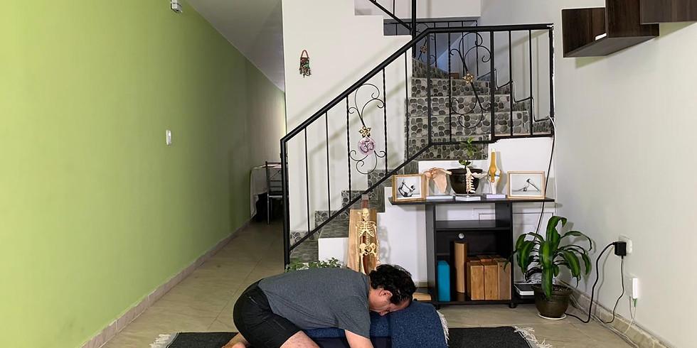 """""""Estructura de una práctica diaria de yoga para una época de aislamiento""""."""