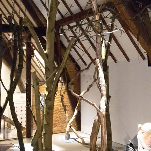 Livraison de branchages pour l'expo 'là où la forêt fait un bruit de mer'